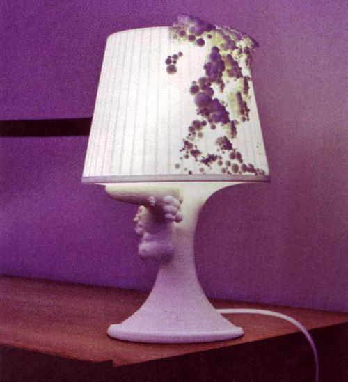 Otros como el diseñador  Daan van den Berg  proponen lámparas de Ikea infectadas con un virus que provoca elefantiasis