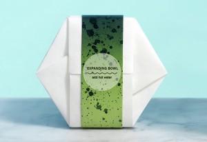 El envase, creado de celusosa, sirve tanto para cocinar como para comer en él. Se introduce agua caliente y cuando la comida está hecha el envase se abre solo. Una vez usado puede compostarse.